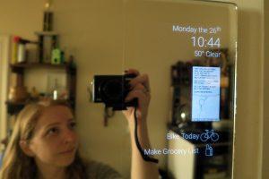 Espejo inteligente con viejo móvil